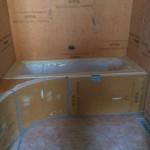 Laying Xps panels around bathtub and Xps slope panels for shower floorPosa pannelli in Xps attorno alla vasca e pannelli pendenziati in Xps per il pavimento doccia