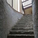 Removing plaster and steps in the stairwellRimozione intonaco e gradini nel vano scala