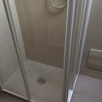 Shower tray in Cementoresina Antislip and wall in CementocrudoPiatto doccia in Cementoresina Antislip e parete in Cementocrudo
