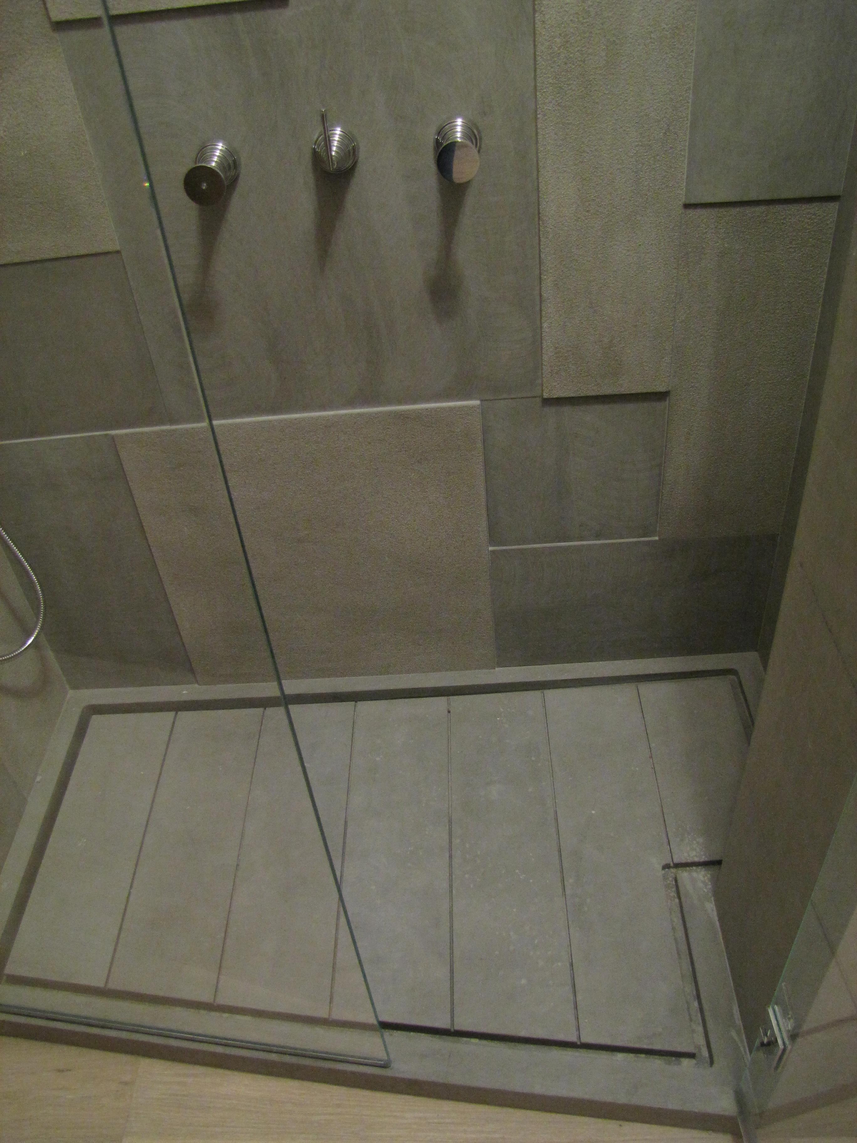 doccia e parete in Grigio Tunisi ( in due differenti finiture: