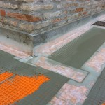 Detail of the perimeter sealing with polyethylene strips and cement based adhesiveParticolare della sigillatura perimetrale con bandelle in polietilene e colla cementizia