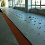 Indoor laying of the sheath and 60x60 cm size floortiles without expansion jointsPosa in opera interna della guaina e di pavimento f.to 60x60 cm senza giunti di dilatazione