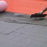 Start laying the sheath over the old flooring with cement based adhesiveInizio della posa della guaina sopra il vecchio pavimento con collante cementizio