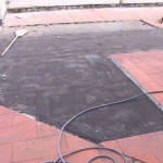 Removing old floor areas detached from the sheathEliminazioni di aree vecchie di pavimento staccate dalla guaina