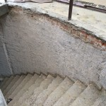 Removing plaster and steps in the stairwellRimozione intonaco e gradini nel vano scala