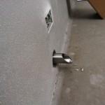 steel drain during fixingscarico in acciaio durante il fissaggio